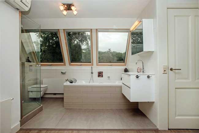 Badkamer Met Dakraam : Zolder inspiratie van oud balkon tot nieuwe badkamer